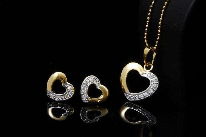 Image of   Giv dit outfit et romantisk look med dette fine smykkesæt med hjerter
