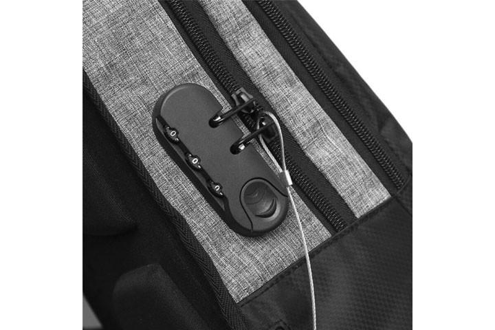 Rygsækken kan låses fast til andre ting, og lynlåsen har kode så den ikke kan åbnes5