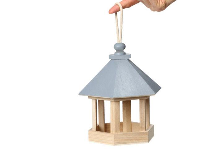 Fuglehuset er lavet i træ og tiltrækker fugle3