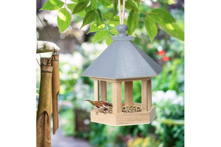 Fuglehuset er lavet i træ og tiltrækker fugle2