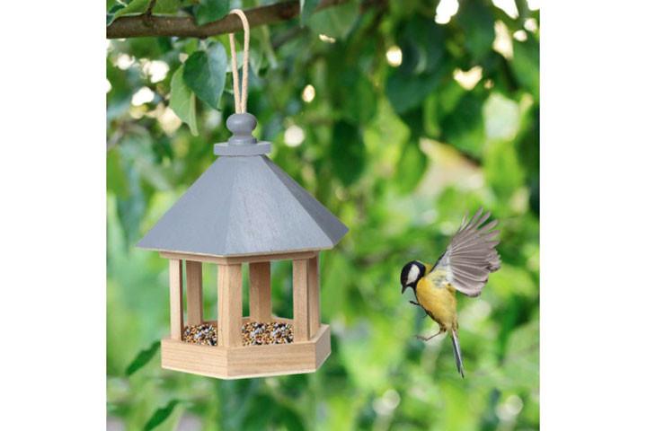 Fuglehuset er lavet i træ og tiltrækker fugle1