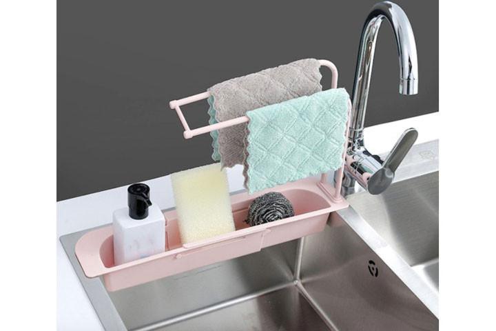 Opvaskestativet opbevarer klude, svampe og sæbe så du altid ved, hvor de er1
