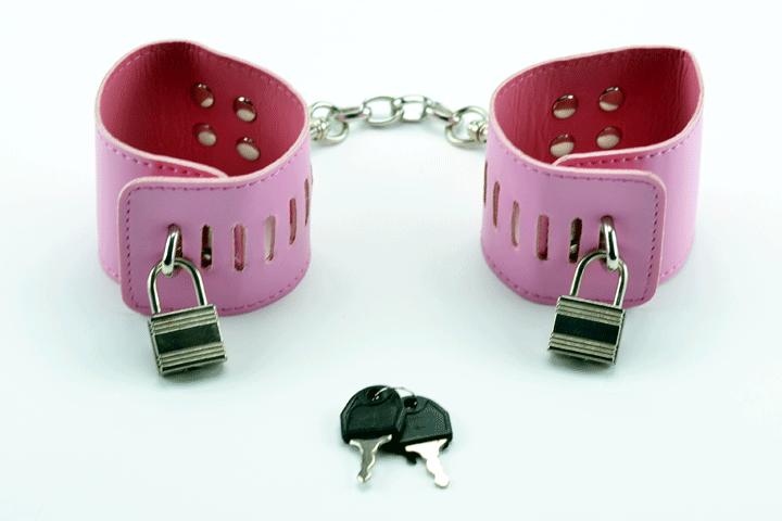 Image of   Håndmanchetter i pink PU læder med hængelåse